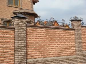 Забор из кирпича в Донецке